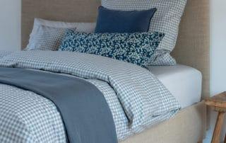leinen-decke-avignon-indigo-bettwaesche-set-stockholm-chateau-grey-kopfkissen-blossom-bluee